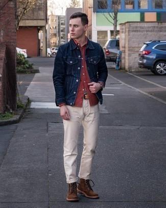 Dunkelbraune Wildlederfreizeitstiefel kombinieren – 407 Herren Outfits: Die Kombination von einer dunkelblauen Jeansjacke und einer hellbeige Chinohose erlaubt es Ihnen, Ihren Freizeitstil klar und einfach zu halten. Fühlen Sie sich ideenreich? Vervollständigen Sie Ihr Outfit mit einer dunkelbraunen Wildlederfreizeitstiefeln.