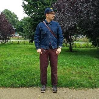 Dunkelbraune Chinohose kombinieren – 1200+ Herren Outfits: Erwägen Sie das Tragen von einer dunkelblauen Jeansjacke und einer dunkelbraunen Chinohose für ein Alltagsoutfit, das Charakter und Persönlichkeit ausstrahlt. Schalten Sie Ihren Kleidungsbestienmodus an und machen eine schwarze Lederfreizeitstiefel zu Ihrer Schuhwerkwahl.