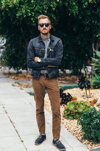 Graue horizontal gestreifte Socken kombinieren: Eine dunkelblaue Jeansjacke und graue horizontal gestreifte Socken sind eine gute Outfit-Formel für Ihre Sammlung. Dunkelblaue Chukka-Stiefel aus Wildleder bringen Eleganz zu einem ansonsten schlichten Look.