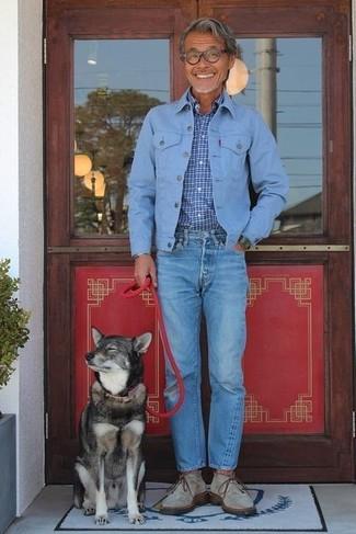 Wie kombinieren: hellblaue Jeansjacke, blaues Langarmhemd mit Karomuster, blaue Jeans, graue Chukka-Stiefel aus Wildleder