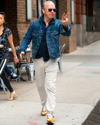 Wie kombinieren: blaue Jeansjacke, dunkelblaues Langarmhemd, hellbeige Jeans, rotbraune Sportschuhe