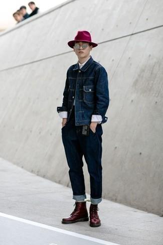 Welche Jeansjacken mit dunkelroter Freizeitstiefel zu tragen – 12 Herren Outfits: Paaren Sie eine Jeansjacke mit dunkelblauen Jeans für ein sonntägliches Mittagessen mit Freunden. Fügen Sie eine dunkelrote Freizeitstiefel für ein unmittelbares Style-Upgrade zu Ihrem Look hinzu.