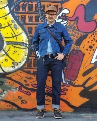 Dunkelblaue Jeansjacke kombinieren – 500+ Herren Outfits: Arbeitsreiche Tage verlangen nach einem einfachen, aber dennoch stylischen Outfit, wie zum Beispiel eine dunkelblaue Jeansjacke und dunkelblaue Jeans. Heben Sie dieses Ensemble mit schwarzen klobigen Leder Derby Schuhen hervor.