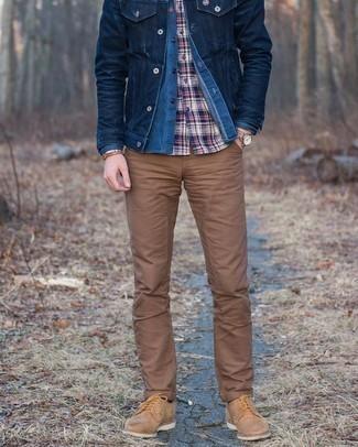 Braunes Armband kombinieren – 500+ Herren Outfits: Eine dunkelblaue Jeansjacke und ein braunes Armband sind eine großartige Outfit-Formel für Ihre Sammlung. Komplettieren Sie Ihr Outfit mit beige Wildleder Derby Schuhen, um Ihr Modebewusstsein zu zeigen.