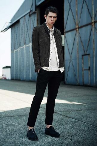 Wie kombinieren: dunkelgraue Jeansjacke, weißes bedrucktes Langarmhemd, weißes T-Shirt mit einem Rundhalsausschnitt, schwarze Chinohose