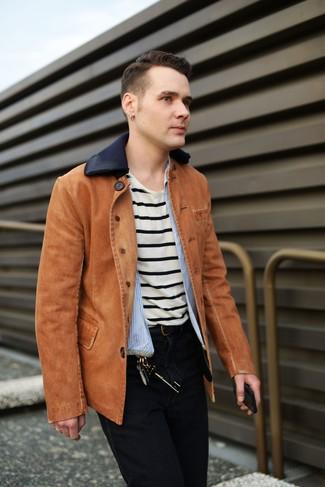 Wie kombinieren: rotbraune Jeansjacke, hellblaues vertikal gestreiftes Langarmhemd, hellbeige horizontal gestreiftes T-Shirt mit einem Rundhalsausschnitt, schwarze Jeans