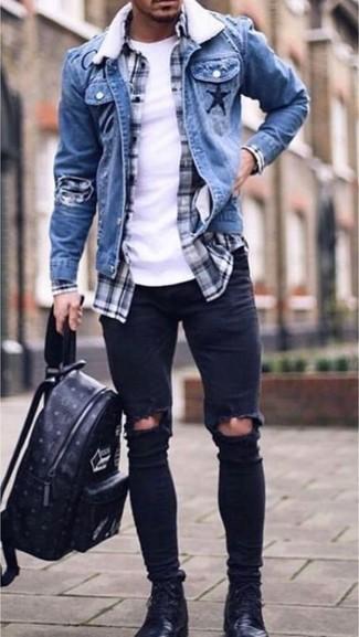 Wie kombinieren: blaue Jeansjacke, dunkelblaues und weißes Langarmhemd mit Schottenmuster, weißes T-Shirt mit einem Rundhalsausschnitt, schwarze enge Jeans mit Destroyed-Effekten