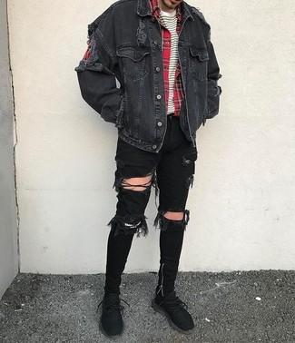 Wie kombinieren: schwarze Jeansjacke, rotes Langarmhemd mit Schottenmuster, weißes und schwarzes horizontal gestreiftes T-Shirt mit einem Rundhalsausschnitt, schwarze enge Jeans mit Destroyed-Effekten