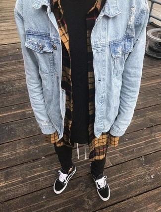 Wie kombinieren: hellblaue Jeansjacke, beige Flanell Langarmhemd mit Karomuster, schwarzes T-Shirt mit einem Rundhalsausschnitt, schwarze Jogginghose