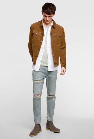 Wie kombinieren: braune Jeansjacke, weißes Langarmhemd, hellbeige T-Shirt mit einem Rundhalsausschnitt, hellblaue enge Jeans mit Destroyed-Effekten