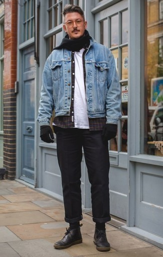 Schwarzen Schal kombinieren: Casual-Outfits: trends 2020: Kombinieren Sie eine hellblaue Jeansjacke mit einem schwarzen Schal für einen entspannten Wochenend-Look. Schwarze Chukka-Stiefel aus Leder sind eine einfache Möglichkeit, Ihren Look aufzuwerten.