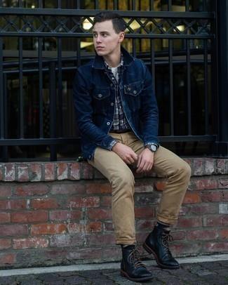 Beige Ledergürtel kombinieren – 224 Herren Outfits: Für ein bequemes Couch-Outfit, entscheiden Sie sich für eine dunkelblaue Jeansjacke und einen beige Ledergürtel. Fügen Sie eine schwarze Lederfreizeitstiefel für ein unmittelbares Style-Upgrade zu Ihrem Look hinzu.