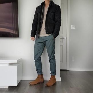 Braune Wildlederfreizeitstiefel kombinieren – 452 Herren Outfits: Kombinieren Sie eine schwarze Jeansjacke mit einer dunkelgrünen Chinohose für ein sonntägliches Mittagessen mit Freunden. Fühlen Sie sich mutig? Vervollständigen Sie Ihr Outfit mit einer braunen Wildlederfreizeitstiefeln.