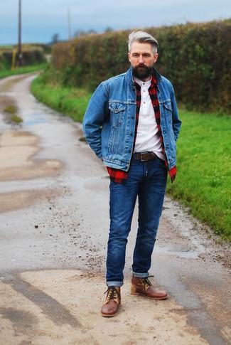 Wie kombinieren: blaue Jeansjacke, rotes und schwarzes Langarmhemd mit Karomuster, weißes T-shirt mit einer Knopfleiste, dunkelblaue Jeans