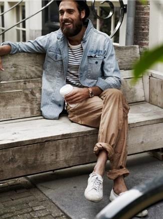 Wie kombinieren: graue Jeansjacke, weißes und schwarzes horizontal gestreiftes Langarmshirt, beige Chinohose, weiße niedrige Sneakers