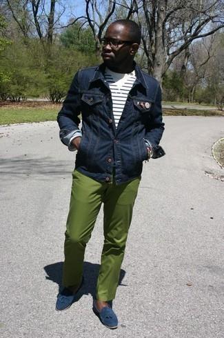 Dunkelblaue Wildleder Slipper mit Quasten kombinieren: trends 2020: Paaren Sie eine dunkelblaue Jeansjacke mit einer grünen Chinohose für ein bequemes Outfit, das außerdem gut zusammen passt. Fühlen Sie sich ideenreich? Ergänzen Sie Ihr Outfit mit dunkelblauen Wildleder Slippern mit Quasten.