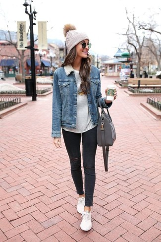 Wie kombinieren: blaue Jeansjacke, weißes und dunkelblaues horizontal gestreiftes Langarmshirt, schwarze enge Jeans mit Destroyed-Effekten, weiße niedrige Sneakers