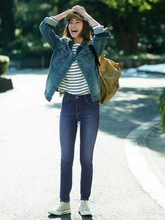 Wie kombinieren: blaue Jeansjacke, weißes und dunkelblaues horizontal gestreiftes Langarmshirt, dunkelblaue enge Jeans, graue hohe Sneakers aus Segeltuch