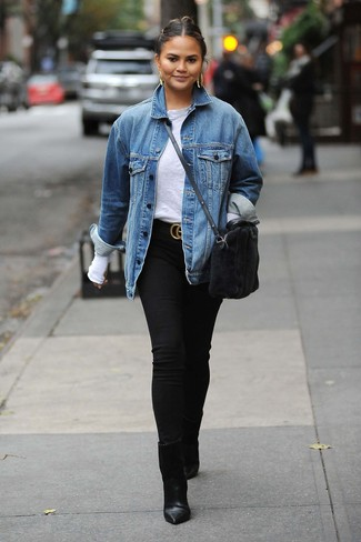 Schwarzen Wildledergürtel kombinieren: trends 2020: Starten Sie entspannt in den Tag mit dieser Paarung aus einer blauen Jeansjacke und einem schwarzen Wildledergürtel. Ergänzen Sie Ihr Look mit schwarzen Leder Stiefeletten.