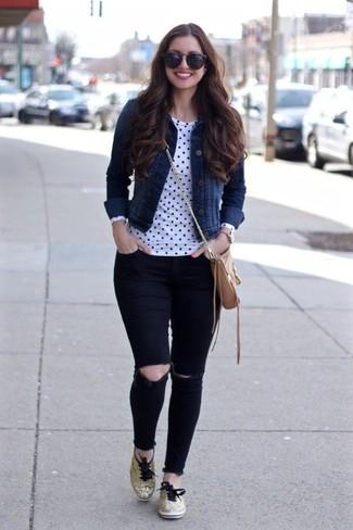 Wie kombinieren: dunkelblaue Jeansjacke, weißes und schwarzes gepunktetes Langarmshirt, schwarze enge Jeans mit Destroyed-Effekten, goldene niedrige Sneakers