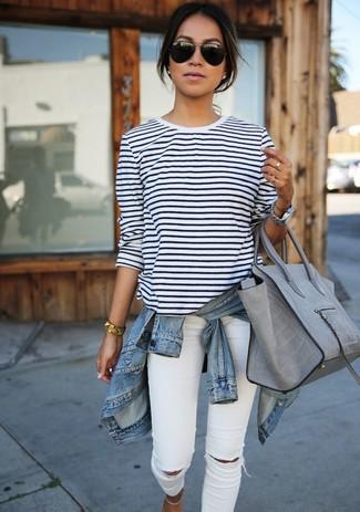 Tragen Sie eine Hellblaue Jeansjacke und Weißen Enge Jeans mit Destroyed-Effekten, um einen lockeren, aber dennoch stylischen Look zu erhalten.