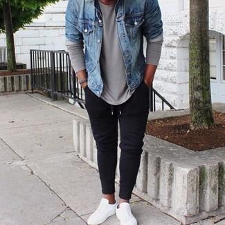 Hellblaue Jeansjacke kombinieren: trends 2020: Kombinieren Sie eine hellblaue Jeansjacke mit einer dunkelblauen Jogginghose für ein sonntägliches Mittagessen mit Freunden. Komplettieren Sie Ihr Outfit mit weißen Segeltuch niedrigen Sneakers.