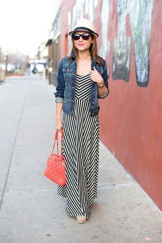 Wie kombinieren: blaue Jeansjacke, weißes und schwarzes vertikal gestreiftes Maxikleid, hellbeige Keilsandaletten aus Segeltuch, rote gesteppte Satchel-Tasche aus Leder