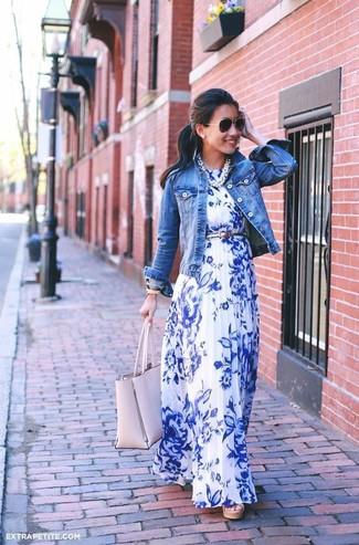 Wie kombinieren: blaue Jeansjacke, weißes und blaues Maxikleid mit Blumenmuster, rosa Shopper Tasche aus Leder, silberner Ledergürtel
