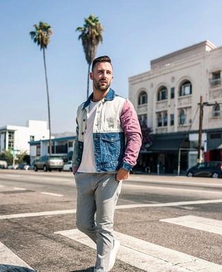 Wie kombinieren: mehrfarbige Jeansjacke, weißes T-Shirt mit einem Rundhalsausschnitt, graue Jeans, weiße Segeltuch niedrige Sneakers