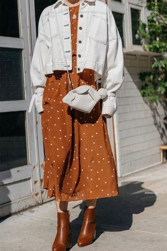 Wie kombinieren: weiße Jeansjacke, rotbraunes gepunktetes Leinen Midikleid, braune Leder Stiefeletten, weiße Leder Umhängetasche