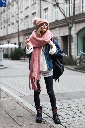 Weißen Oversize Pullover kombinieren: trends 2020: Ein weißer Oversize Pullover und schwarze enge Jeans mit Destroyed-Effekten schaffen einen super entspannten Alltags-Look, der aber immer modisch bleibt. Ergänzen Sie Ihr Look mit schwarzen bestickten Leder Stiefeletten.