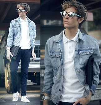 Wie kombinieren: graue Jeansjacke, weißes Polohemd, dunkelblaue Chinohose, weiße niedrige Sneakers