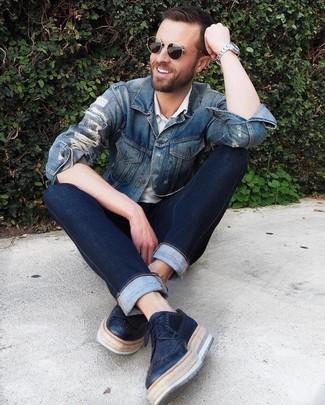 Wie kombinieren: blaue Jeansjacke, weißes Polohemd, dunkelblaue Jeans, schwarze Leder Brogues