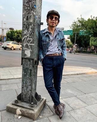 Herren Outfits 2020: Entscheiden Sie sich für eine blaue Jeansjacke und ein hellblaues vertikal gestreiftes Polohemd für ein Alltagsoutfit, das Charakter und Persönlichkeit ausstrahlt. Fühlen Sie sich ideenreich? Entscheiden Sie sich für dunkelbraunen Brogue Stiefel aus Leder.