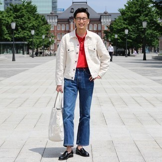 Blaue Jeans kombinieren – 500+ Herren Outfits: Tragen Sie eine weiße Jeansjacke und blauen Jeans für ein bequemes Outfit, das außerdem gut zusammen passt. Fühlen Sie sich mutig? Wählen Sie schwarzen Leder Slipper.