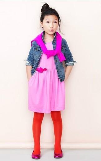 Wie kombinieren: blaue Jeansjacke, fuchsia Pullover, rosa Kleid, fuchsia Ballerinas