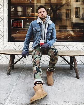 Wie kombinieren: blaue Jeansjacke, grauer Pullover mit einem Kapuze, olivgrüne Camouflage Cargohose, beige Ugg Stiefel