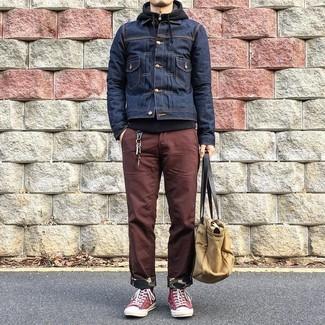 Wie kombinieren: dunkelblaue Jeansjacke, schwarzer Pullover mit einem Kapuze, braune Chinohose, rote hohe Sneakers aus Segeltuch