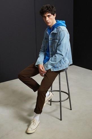 Blauen Pullover mit einem Kapuze kombinieren: trends 2020: Kombinieren Sie einen blauen Pullover mit einem Kapuze mit einer dunkelbraunen Chinohose für ein Alltagsoutfit, das Charakter und Persönlichkeit ausstrahlt. Komplettieren Sie Ihr Outfit mit hellbeige Segeltuch niedrigen Sneakers.