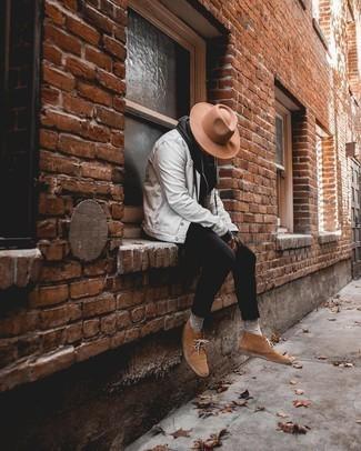 Weiße Jeansjacke kombinieren – 79 Herren Outfits: Tragen Sie eine weiße Jeansjacke und schwarzen enge Jeans, um mühelos alles zu meistern, was auch immer der Tag bringen mag. Schalten Sie Ihren Kleidungsbestienmodus an und machen braunen Chukka-Stiefel aus Wildleder zu Ihrer Schuhwerkwahl.