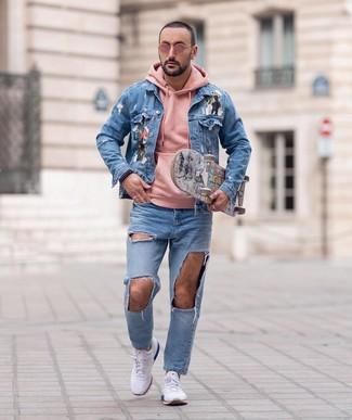 Wie kombinieren: hellblaue bedruckte Jeansjacke, rosa Pullover mit einem Kapuze, hellblaue Jeans mit Destroyed-Effekten, weiße Sportschuhe