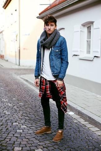 Wie kombinieren: blaue Jeansjacke, dunkelgrauer Pullover mit einem Kapuze, rotes und schwarzes Langarmhemd mit Schottenmuster, weißes T-Shirt mit einem Rundhalsausschnitt