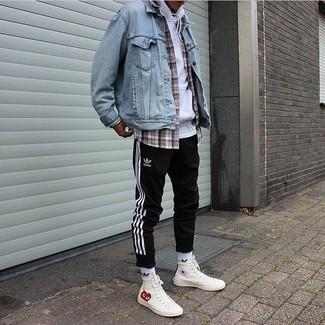 Wie kombinieren: hellblaue Jeansjacke, weißer Pullover mit einem Kapuze, graues Langarmhemd mit Schottenmuster, schwarze und weiße vertikal gestreifte Jogginghose