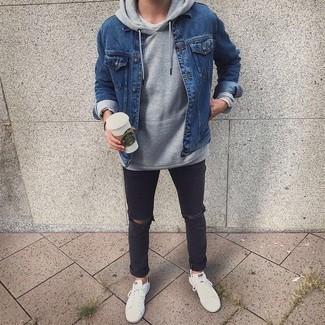 Dunkelgraue Jeans mit Destroyed-Effekten kombinieren – 153 Herren Outfits: Eine blaue Jeansjacke und dunkelgraue Jeans mit Destroyed-Effekten sind das Outfit Ihrer Wahl für faule Tage. Fühlen Sie sich ideenreich? Ergänzen Sie Ihr Outfit mit weißen und schwarzen Segeltuch niedrigen Sneakers.