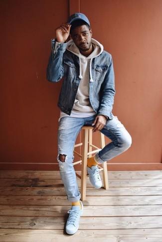 Wie kombinieren: blaue Jeansjacke, hellbeige Pullover mit einem Kapuze, weißes T-Shirt mit einem Rundhalsausschnitt, hellblaue Jeans mit Destroyed-Effekten