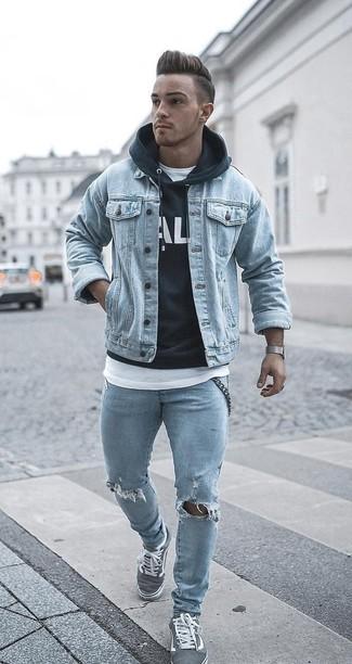 Wie kombinieren: hellblaue Jeansjacke, schwarzer und weißer bedruckter Pullover mit einem Kapuze, weißes T-Shirt mit einem Rundhalsausschnitt, hellblaue enge Jeans mit Destroyed-Effekten