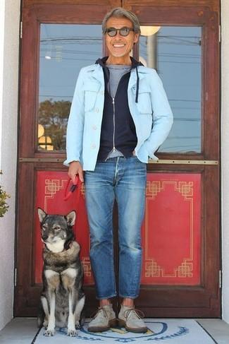 Wie kombinieren: hellblaue Jeansjacke, schwarzer Pullover mit einem Kapuze, graues T-Shirt mit einem Rundhalsausschnitt, blaue Jeans
