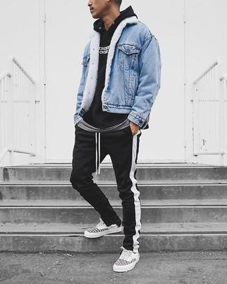 Wie kombinieren: hellblaue Jeansjacke, schwarzer und weißer bedruckter Pullover mit einem Kapuze, graues T-Shirt mit einem Rundhalsausschnitt, schwarze und weiße vertikal gestreifte Jogginghose