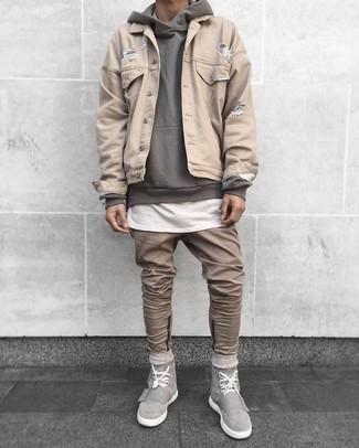 Wie kombinieren: hellbeige Jeansjacke, grauer Pullover mit einem Kapuze, weißes T-Shirt mit einem Rundhalsausschnitt, beige Jeans