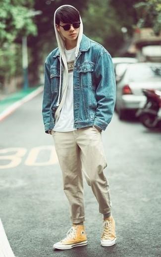 Beige Jeans kombinieren: trends 2020: Die Vielseitigkeit von einer hellblauen Jeansjacke und beige Jeans machen sie zu einer lohnenswerten Investition. Fühlen Sie sich mutig? Wählen Sie senf hohe Sneakers aus Segeltuch.